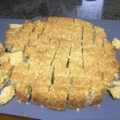 Фото рецепта - Классическая американская запеканка с кукурузным хлебом, колбасками и сельдереем - шаг 3