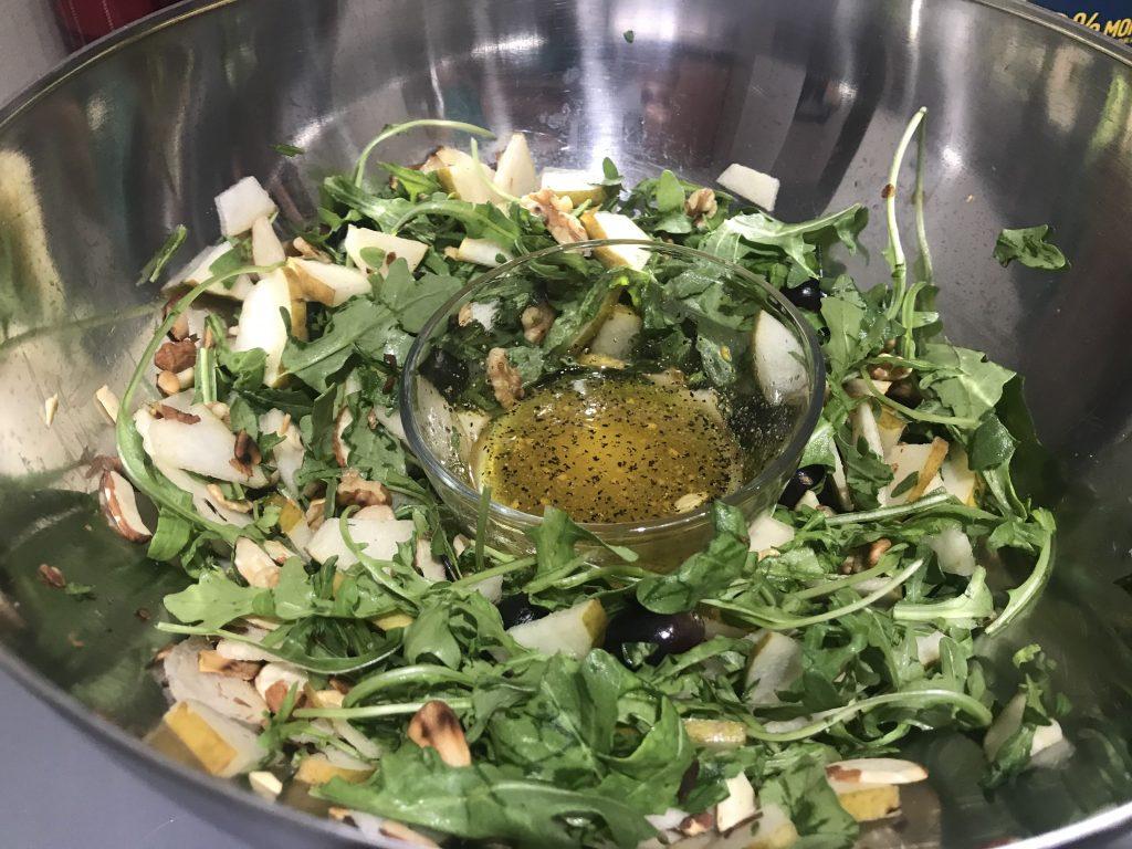 Фото рецепта - Салат из груш с пармезаном, орехами и виноградом - шаг 4
