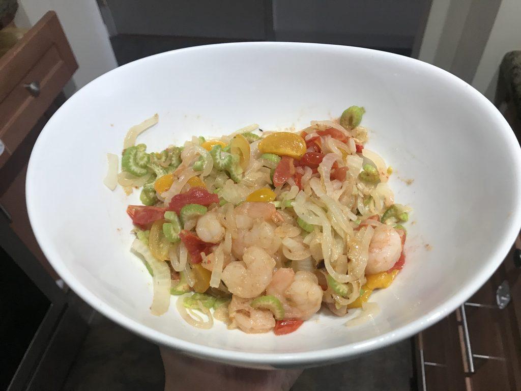 Фото рецепта - Теплый салат из креветок, черри и сельдерея - шаг 5