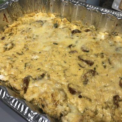 Фото рецепта - Классическая американская запеканка с кукурузным хлебом, колбасками и сельдереем - шаг 7