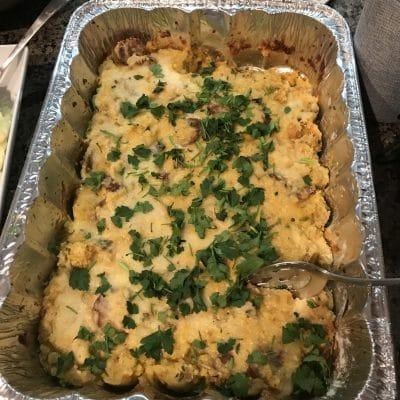 Классическая американская запеканка с кукурузным хлебом, колбасками и сельдереем - рецепт с фото