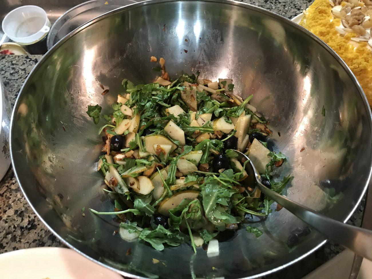 Салат из груш с пармезаном, орехами и виноградом