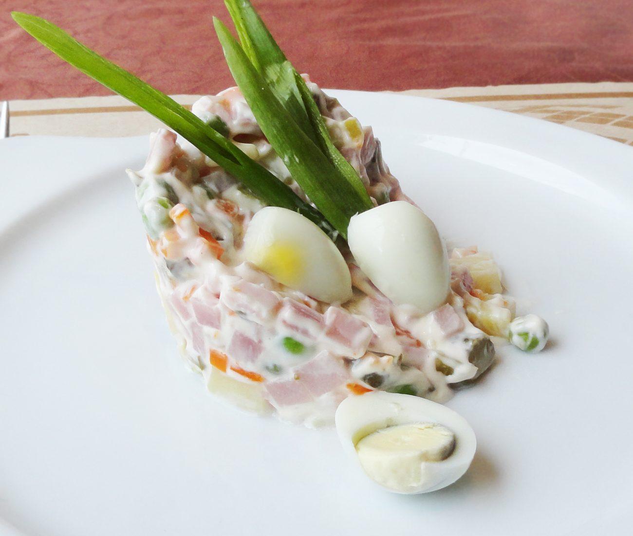 Праздничный салат Оливье с колбасой