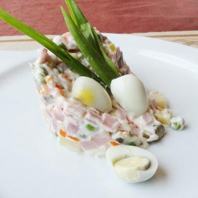 Праздничный салат Оливье с колбасой - рецепт с фото