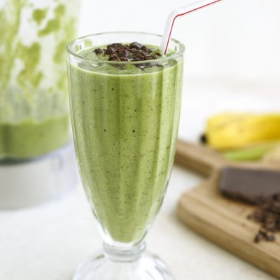 Молочный смузи с бананом, авокадо и шпинатом - рецепт с фото