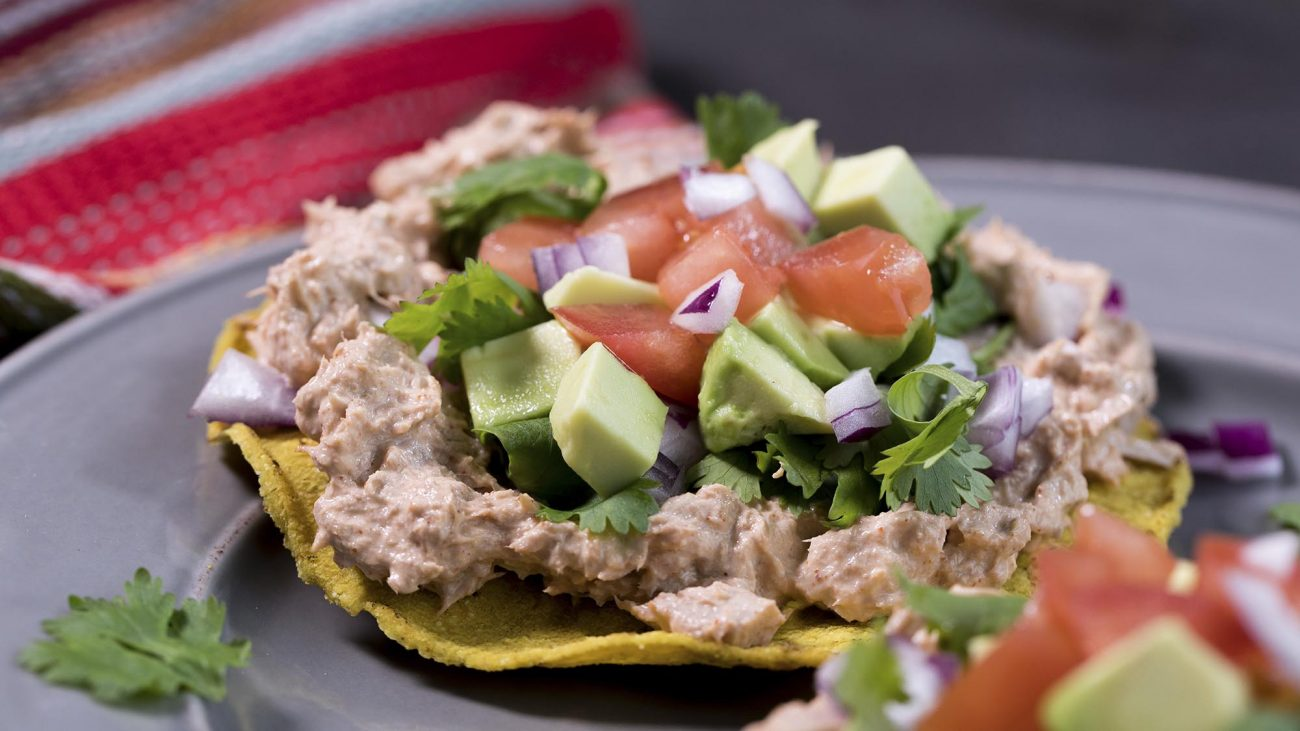 Сала с авокадо и тунцом на тортилье