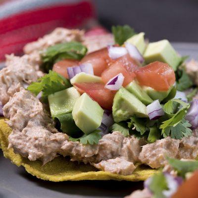 Сала с авокадо и тунцом на тортилье - рецепт с фото
