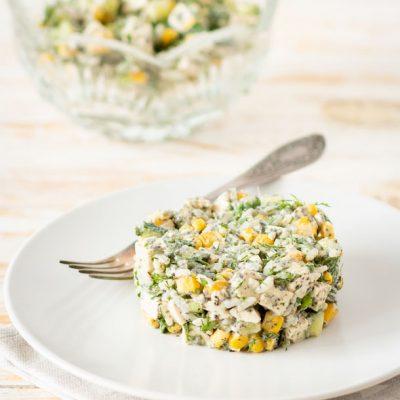 Сырный салат с кукурузой и огурцом - рецепт с фото