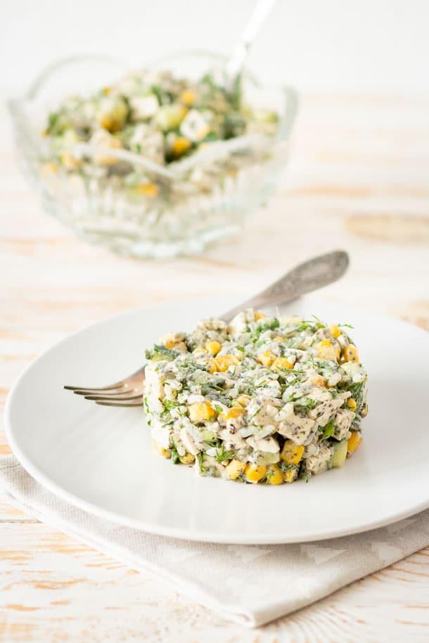Сырный салат с кукурузой и огурцом