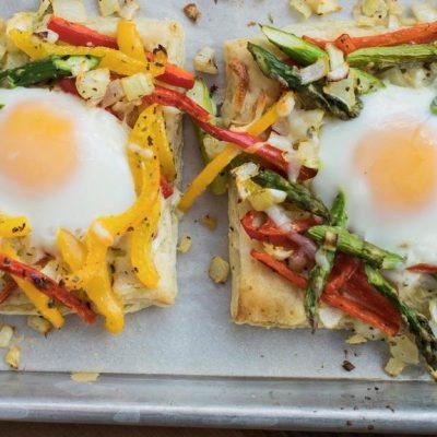 Тесто, запеченное с яйцом и овощами - рецепт с фото