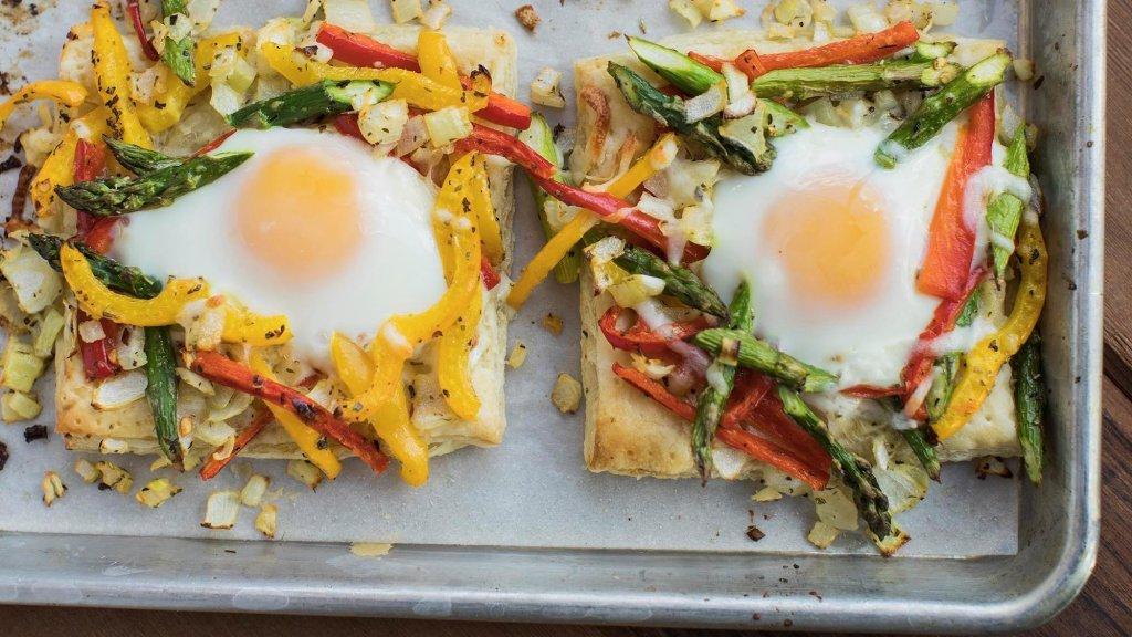 Тесто, запеченное с яйцом и овощами