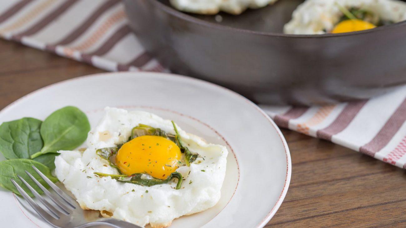 """""""Воздушная"""" яичница со шпинатом и луком"""