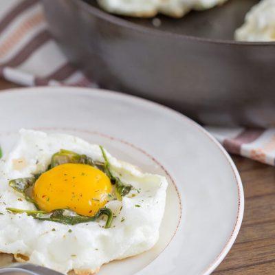 """""""Воздушная"""" яичница со шпинатом и луком - рецепт с фото"""