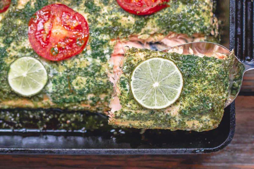 Фото рецепта - Запеченная форель под чесночно-кинзовым соусом - шаг 9