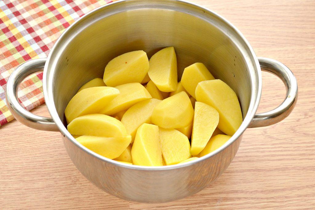 Фото рецепта - Картофель, тушеный с мясом, овощами и зеленым горошком - шаг 1