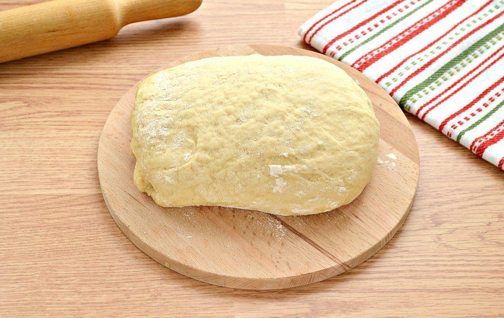 Фото рецепта - Дрожжевой пирог со свининой и капустой - шаг 1