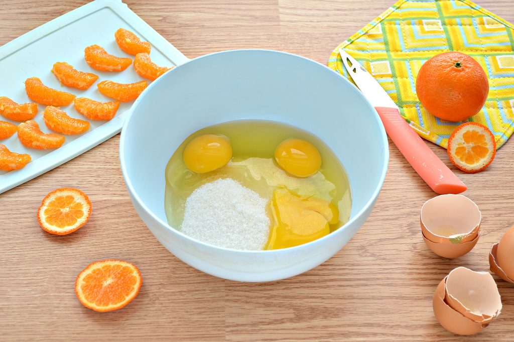 Фото рецепта - Шарлотка с мандаринами - шаг 2