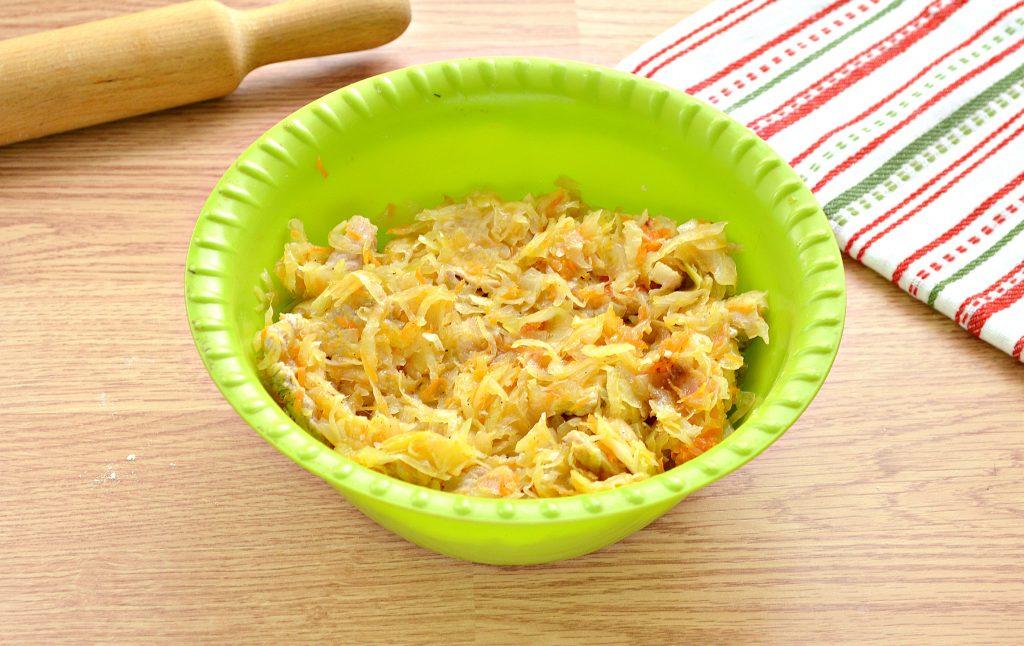 Фото рецепта - Дрожжевой пирог со свининой и капустой - шаг 2