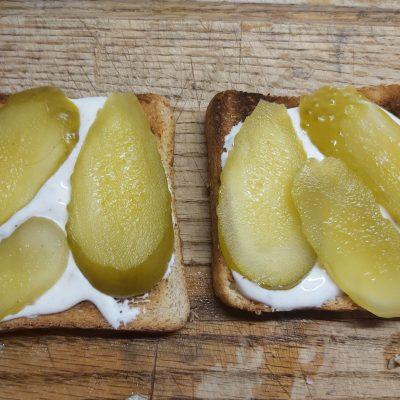 Фото рецепта - Горячие бутерброды с запеченным лососем и маринованными огурцами - шаг 2