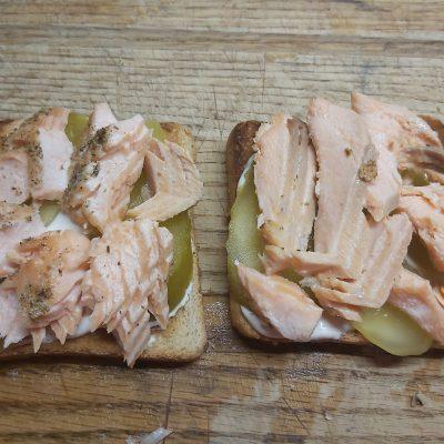 Фото рецепта - Горячие бутерброды с запеченным лососем и маринованными огурцами - шаг 3
