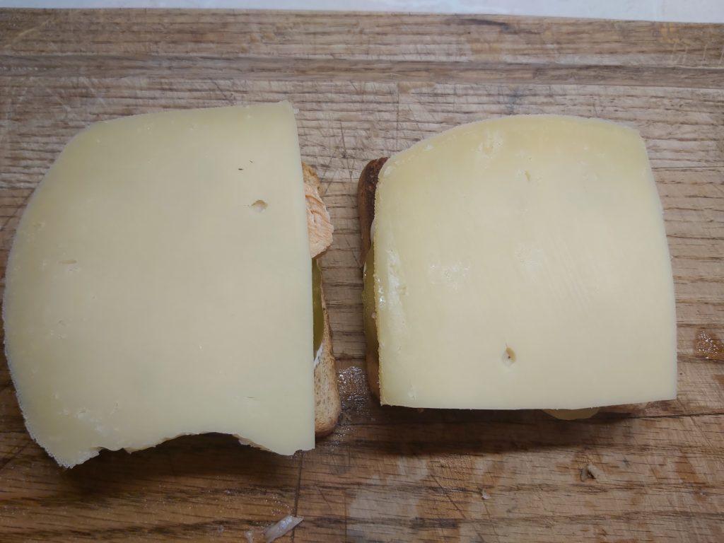 Фото рецепта - Горячие бутерброды с запеченным лососем и маринованными огурцами - шаг 4