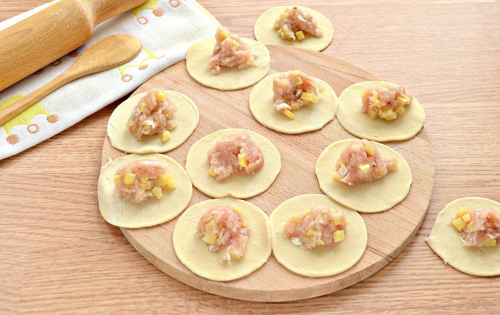 Фото рецепта - Вареники на пару со свининой и картофелем - шаг 3