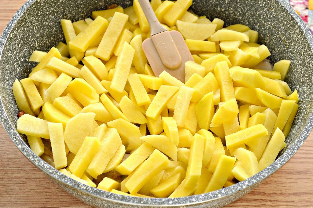 Фото рецепта - Жареный картофель с салом и луком на сковороде - шаг 3