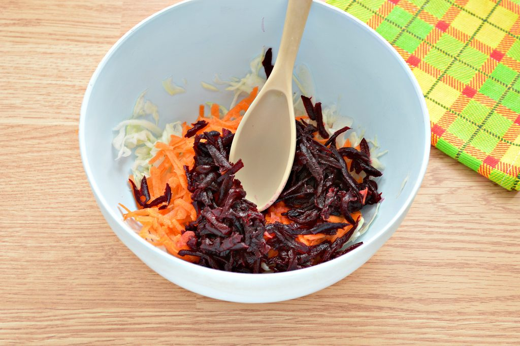 Фото рецепта - Постный салат с вареной свеклой и зеленым горошком - шаг 4