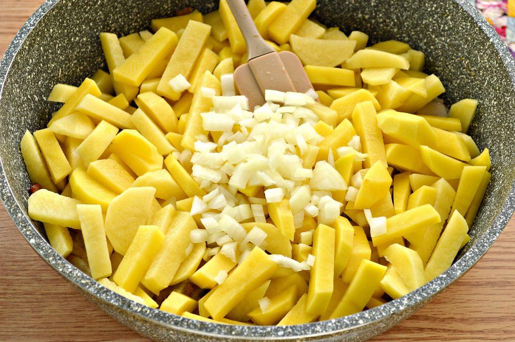 Фото рецепта - Жареный картофель с салом и луком на сковороде - шаг 4