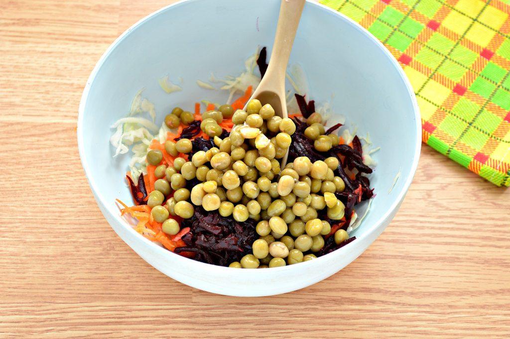 Фото рецепта - Постный салат с вареной свеклой и зеленым горошком - шаг 5