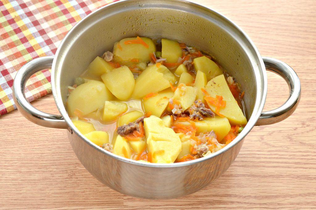 Фото рецепта - Картофель, тушеный с мясом, овощами и зеленым горошком - шаг 5