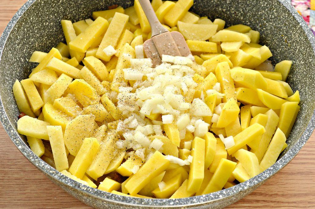 Фото рецепта - Жареный картофель с салом и луком на сковороде - шаг 5