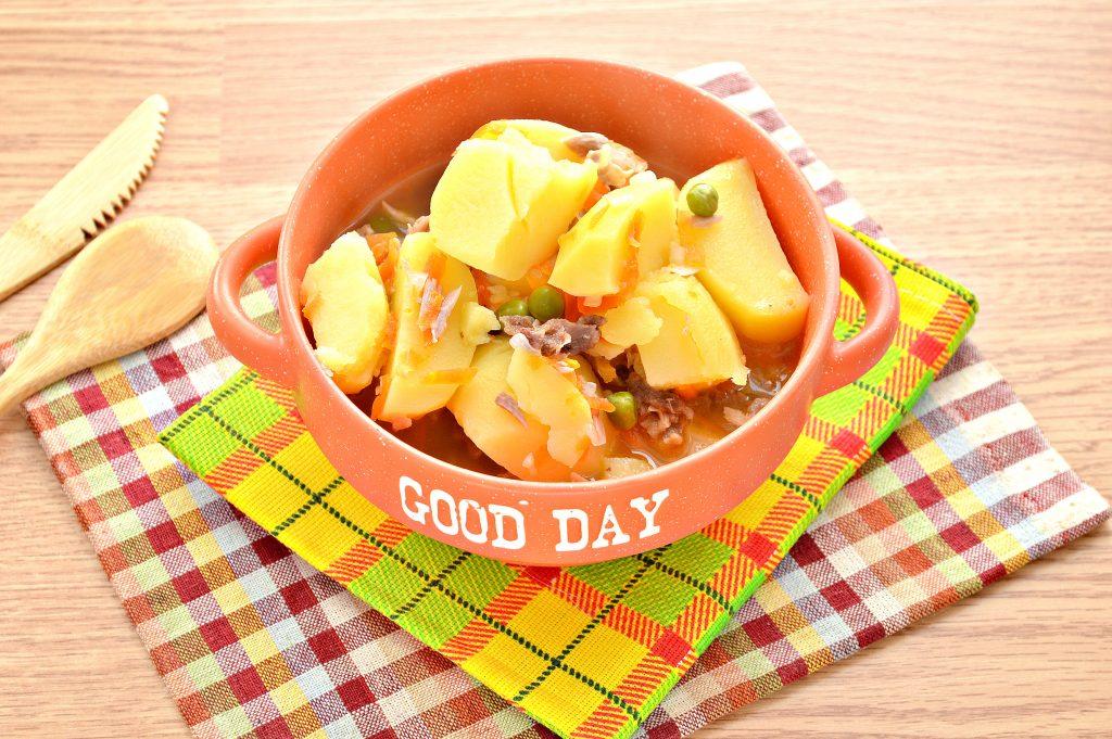 Фото рецепта - Картофель, тушеный с мясом, овощами и зеленым горошком - шаг 6