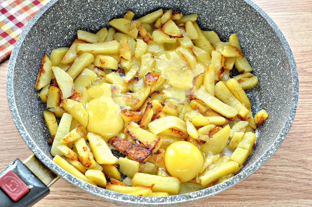 Фото рецепта - Жареная картошка с яйцом - шаг 6