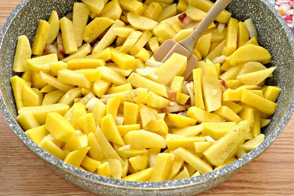 Фото рецепта - Жареный картофель с салом и луком на сковороде - шаг 6