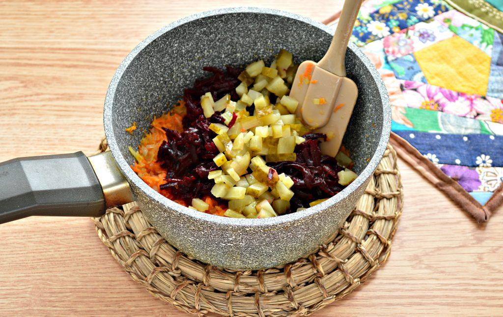 Фото рецепта - Борщ со свежей капустой и солеными огурцами - шаг 6