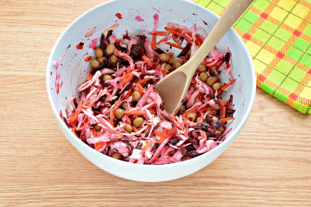 Фото рецепта - Постный салат с вареной свеклой и зеленым горошком - шаг 7