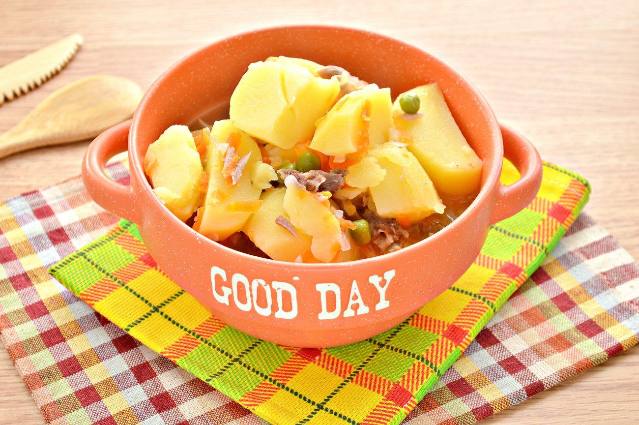 Картофель, тушеный с мясом, овощами и зеленым горошком