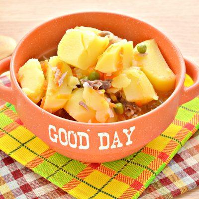 Картофель, тушеный с мясом, овощами и зеленым горошком - рецепт с фото