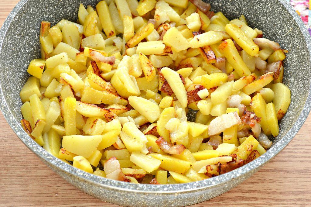 Фото рецепта - Жареный картофель с салом и луком на сковороде - шаг 7