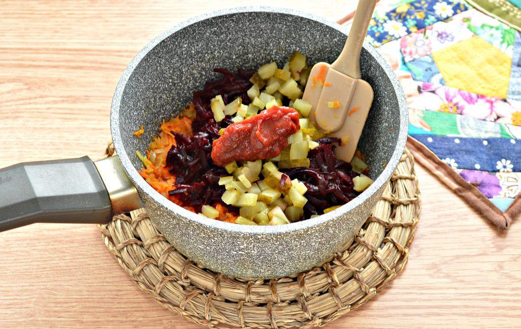 Фото рецепта - Борщ со свежей капустой и солеными огурцами - шаг 7