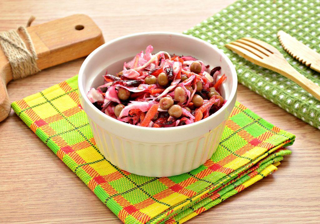 Фото рецепта - Постный салат с вареной свеклой и зеленым горошком - шаг 8