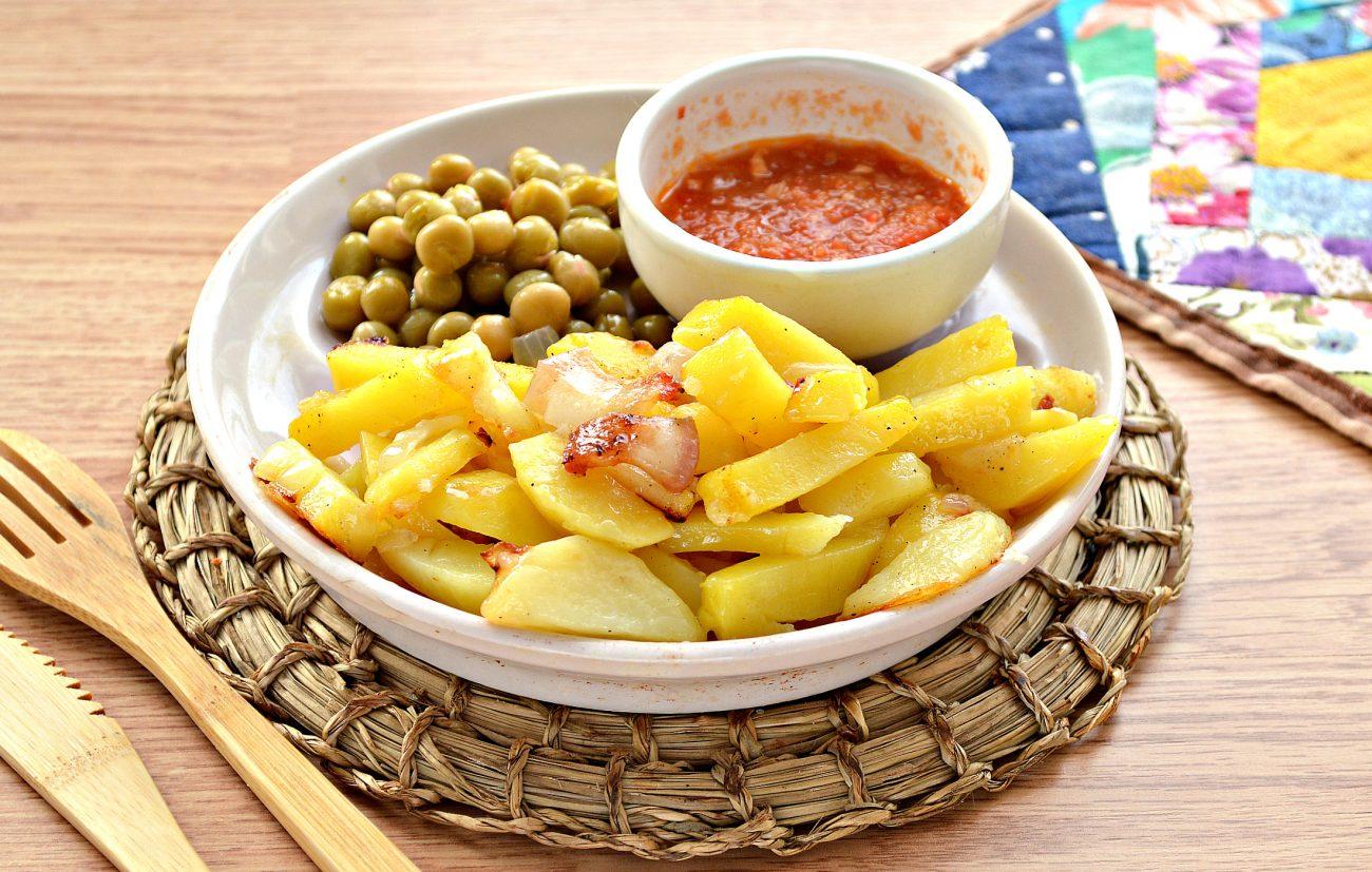 Жареный картофель с салом и луком на сковороде