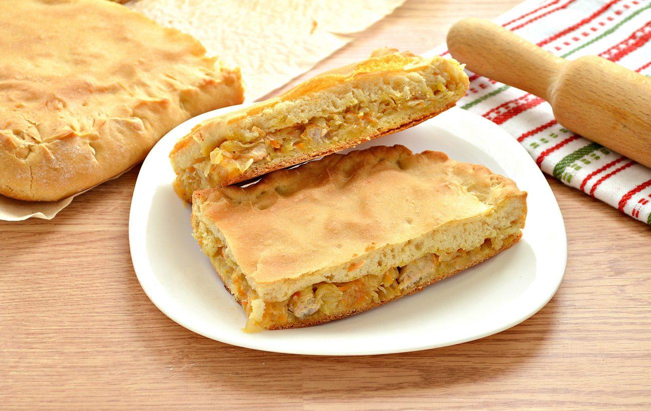 Дрожжевой пирог со свининой и капустой