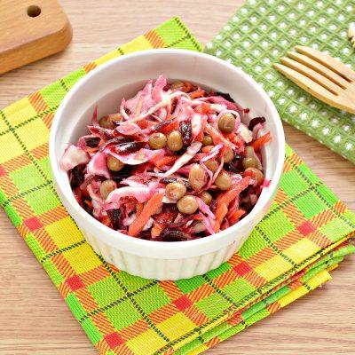 Постный салат с вареной свеклой и зеленым горошком - рецепт с фото