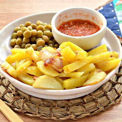 Жареный картофель с салом и луком на сковороде - рецепт с фото