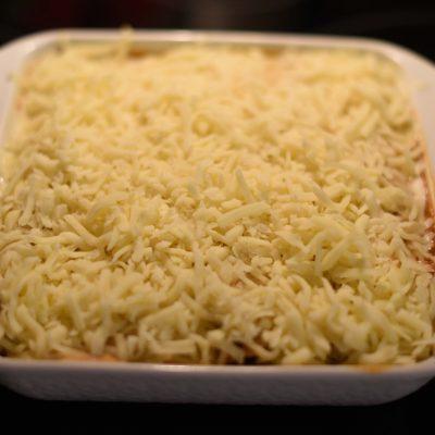 Фото рецепта - Запеканка из тортильи с курицей и сыром под соусом Enchiladas - шаг 6