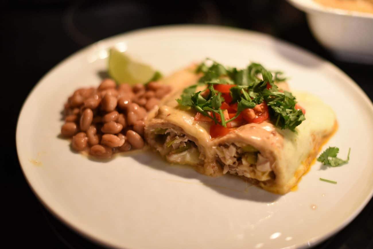 Запеканка из тортильи с курицей и сыром под соусом Enchiladas