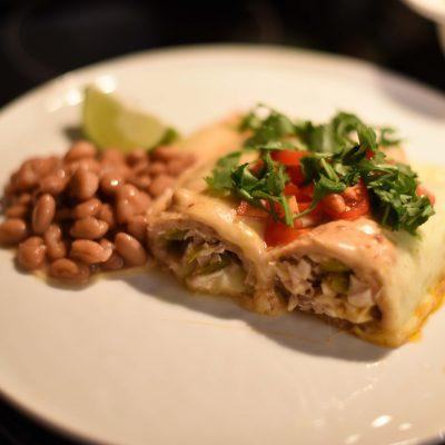 Запеканка из тортильи с курицей и сыром под соусом Enchiladas - рецепт с фото