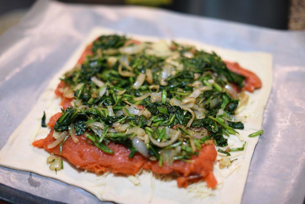 Фото рецепта - Пирог из слоеного теста с семгой, шпинатом и сыром - шаг 4